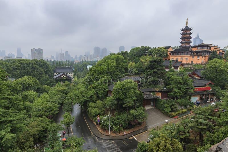 Temple de Nanjing Jiming, fleurs de cerisier en pleine floraison, comme vu des murs du ` s de Nanjing images libres de droits