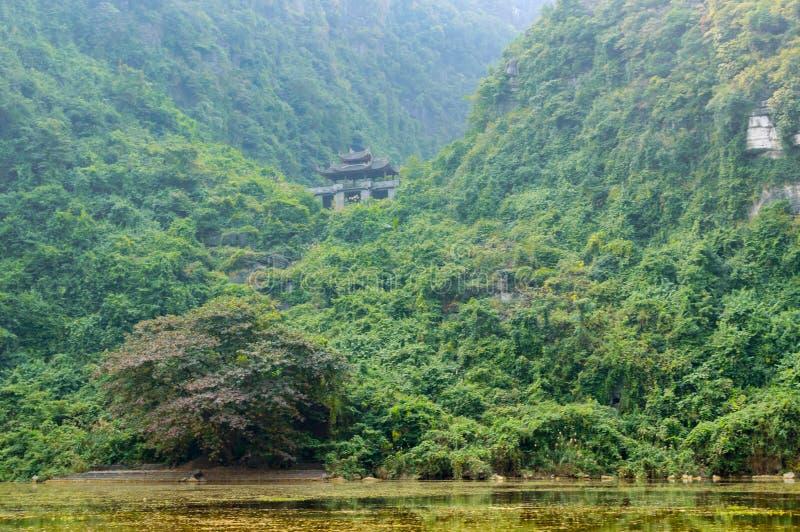 Temple de pagoda sur la montagne en Tam Coc photo libre de droits