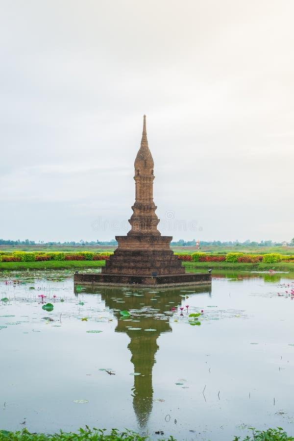 Temple de reproduction, fait à partir de la brique, Inkhothai le milieu d'un étang avec des nénuphars, silhouette photos libres de droits