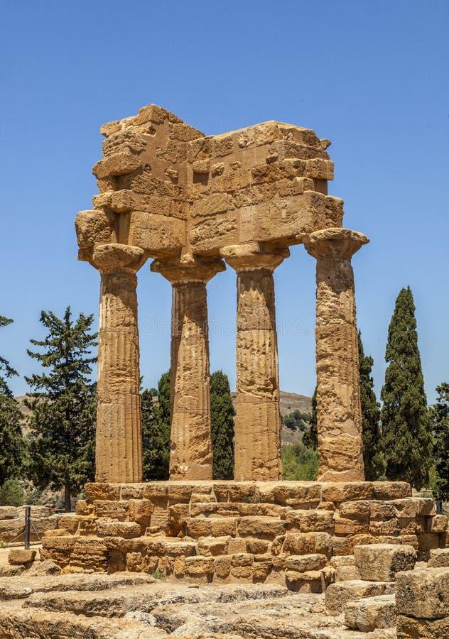 Temple de roulette et de Pollux de Dioscuri Ruines antiques célèbres en vallée des temples, Agrigente, Sicile, Italie images stock