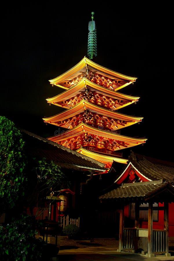 temple de sensoji de pagoda de nuit image stock