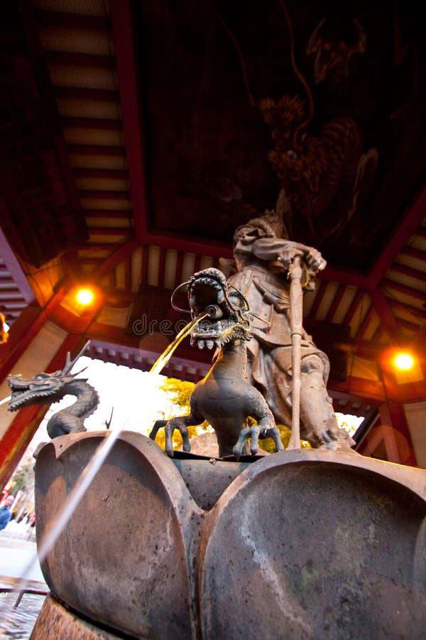 temple de sensoji du Japon de fontaine de dragon photographie stock libre de droits