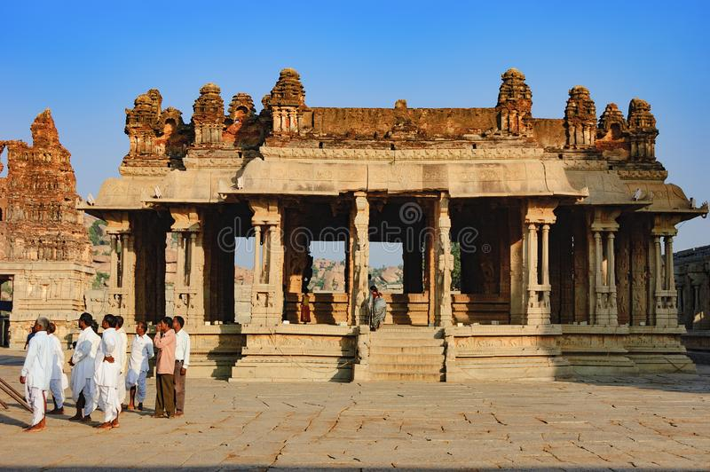 Temple de Vitthala de visite de touristes dans Hampi, Inde photos stock