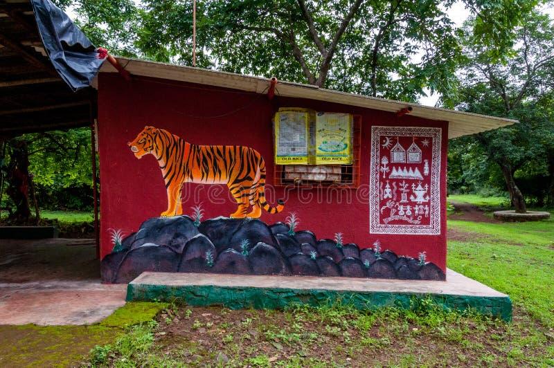 Temple de Warli au beau milieu d'une forêt à SGNP, Mumbai images stock