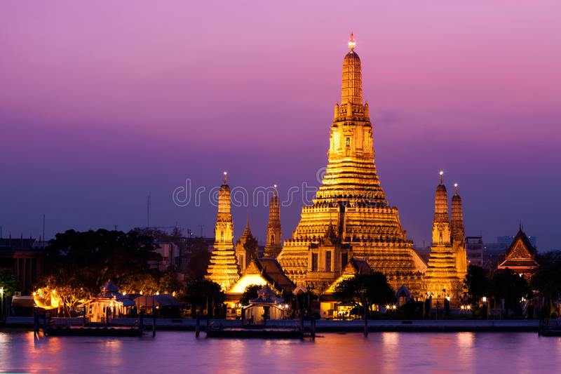 Temple de Wat Arun dans le coucher du soleil image stock