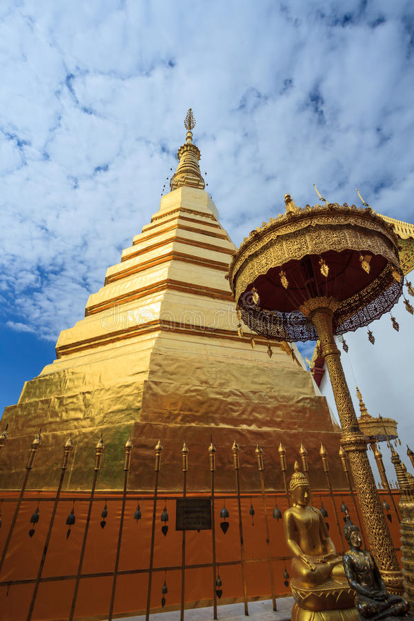 Temple de Wat Pra Tard Chang Kum de ciel bleu en Nan Province, Thaïlande photo stock