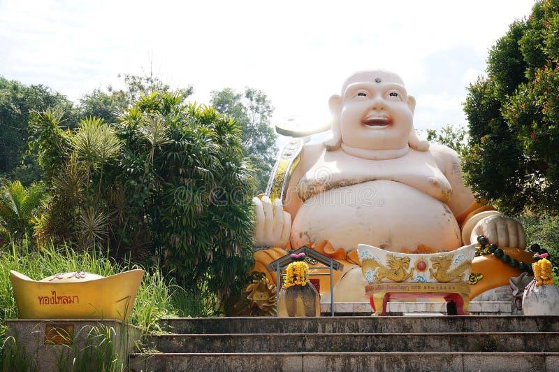Temple debout de Bouddha avec gros Bouddha riant images libres de droits