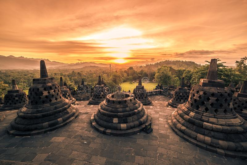 Temple dramatique de Borobudur de coucher du soleil au coucher du soleil Yogyakarta, Java, Indonésie photo libre de droits