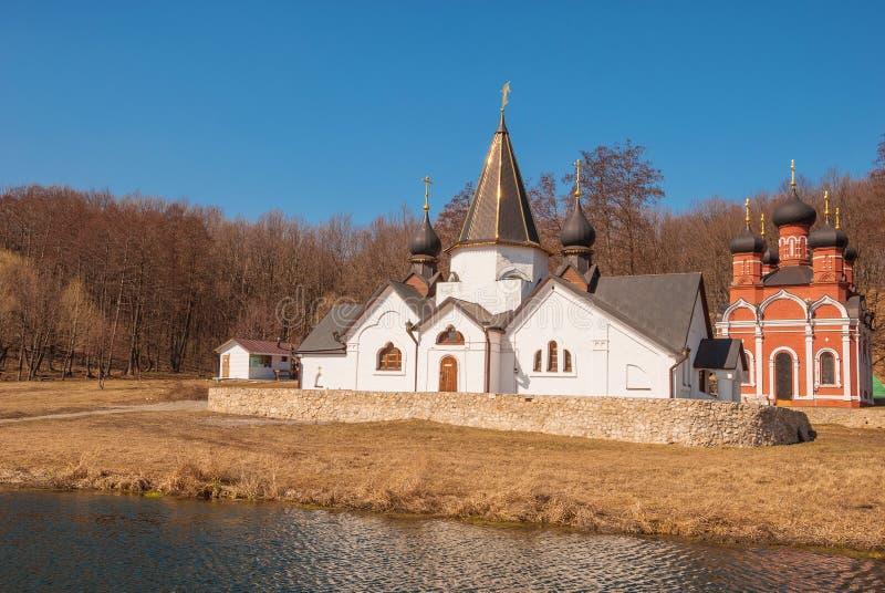 Temple et chapelle au-dessus du ressort saint image libre de droits