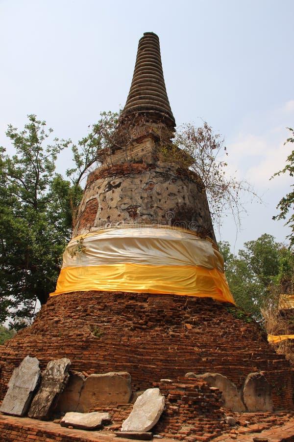Temple et vieille forme de Bell Stupa avec le ciel bleu photographie stock