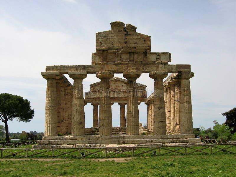Temple grec d'Athéna à jaillir en parc archéologique de Paestum en Italie photographie stock