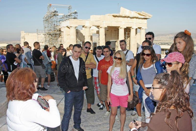 Temple guidé de touristes d'Athena Nike dans l'Acropole images stock