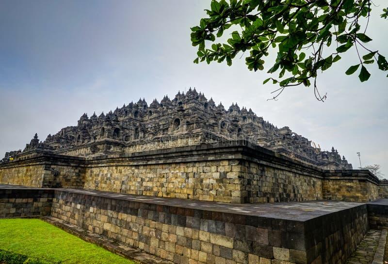 Temple Indonésie de Borobudur avec le soleil et des nuages images libres de droits