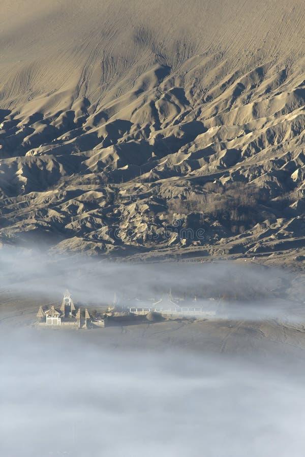 Temple indou dans le brouillard, Indonésie image libre de droits