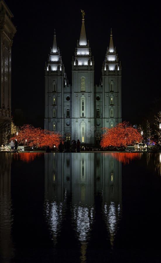 Temple mormon réfléchi sur l'eau pendant le Noël photographie stock