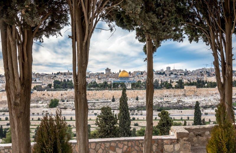 Temple Mount com a abóbada da rocha da igreja de Dominus Flevit imagens de stock royalty free
