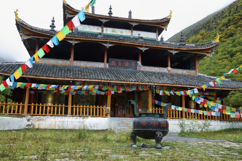Temple moyen de Huanglong dans la région scénique de Huanlong images libres de droits