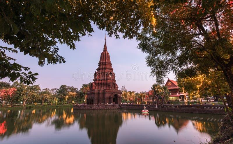 Temple moyen de Huay Kaew de l'eau de pagoda images libres de droits
