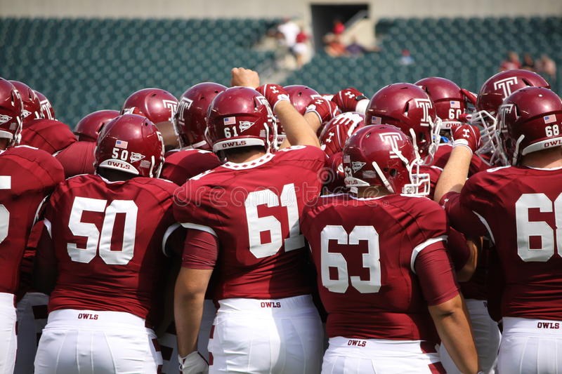 Download Temple Players Huddle Before A Game Editorial Photo - Image: 26599116