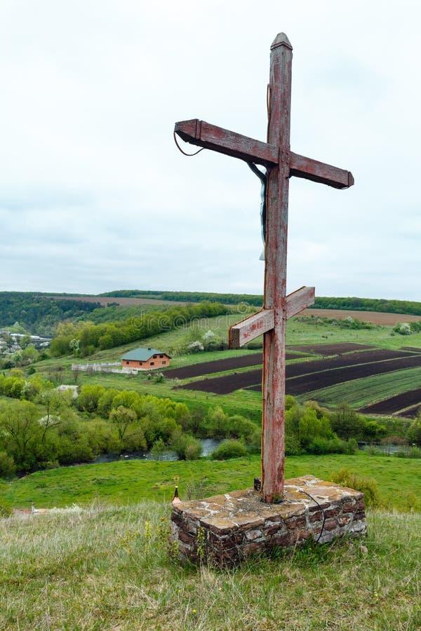 Temple proche croisé en bois de caverne de Rukomysh de ressort, région de Ternopil, image libre de droits