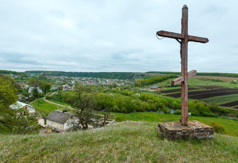 Temple proche croisé en bois de caverne de Rukomysh de ressort, région de Ternopil, photos stock