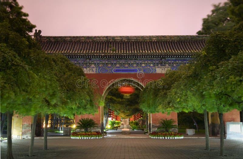 temple rouge du soleil de lanternes de ciel de porte de Pékin occidental images stock