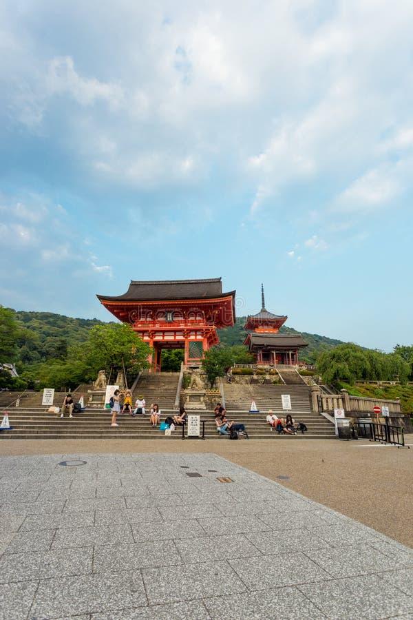 Temple rouge RO-lundi de Kiyomizudera d'entrée principale de porte photos libres de droits