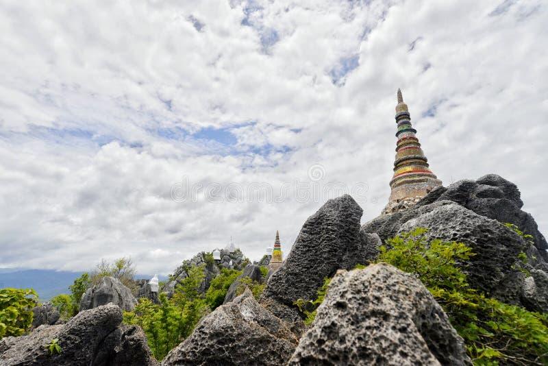 Temple sur la montagne dans le nord de la Thaïlande photographie stock