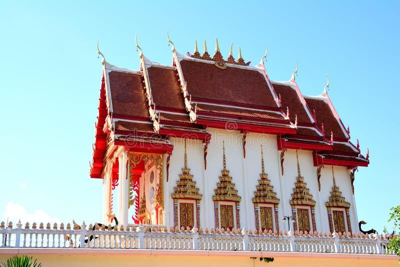 Temple sur le ciel bleu images stock