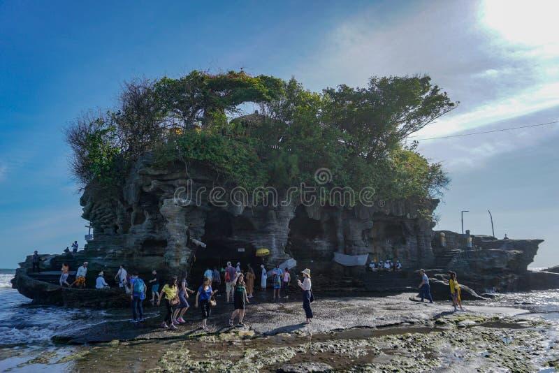 Temple Tanah Lot avec balinais et touristes attendant le coucher du soleil sur l'île de Bali, Indonésie photo stock