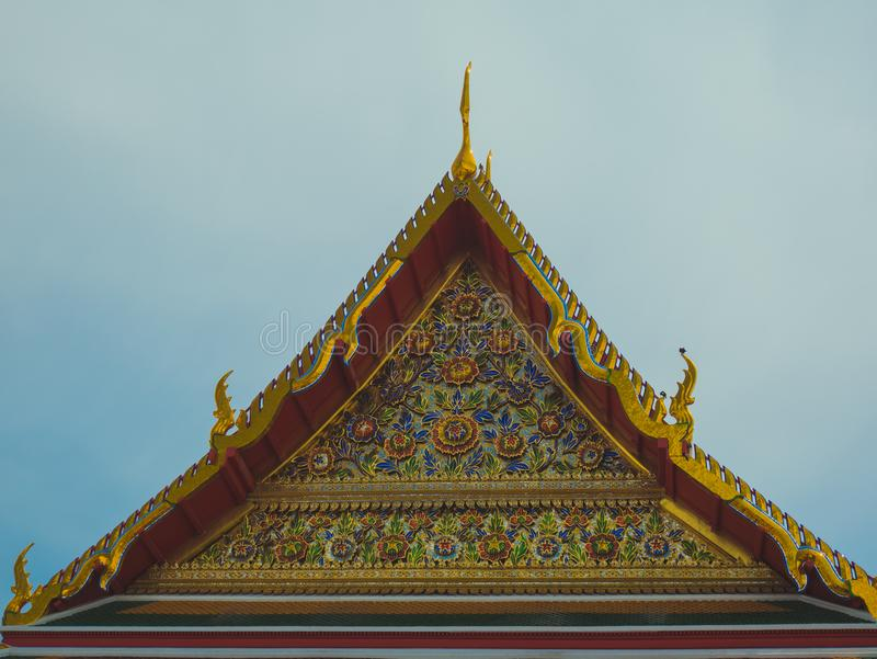 Temple thaïlandais d'or de style de pignon de toit image stock