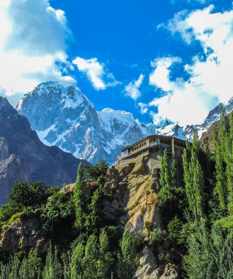 Temple vers le haut des montagnes photographie stock libre de droits