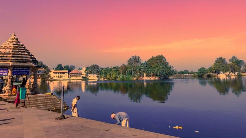 Temples avec le lac images libres de droits