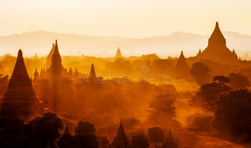 Temples de bagan au coucher du soleil, Birmanie (myanmar) photo stock