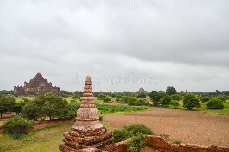 Temples et pagodas dans les plaines de Bagan, Myanmar photographie stock libre de droits