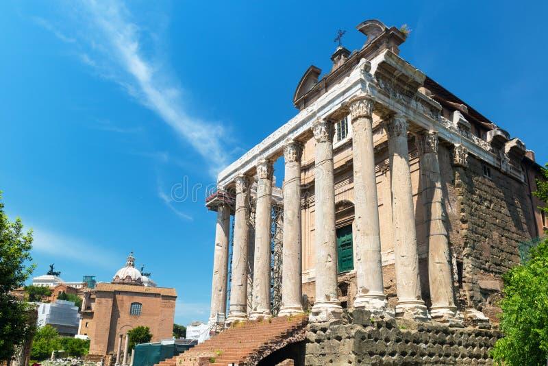 Templet av Antoninus och Faustina i Roman Forum, Rome fotografering för bildbyråer