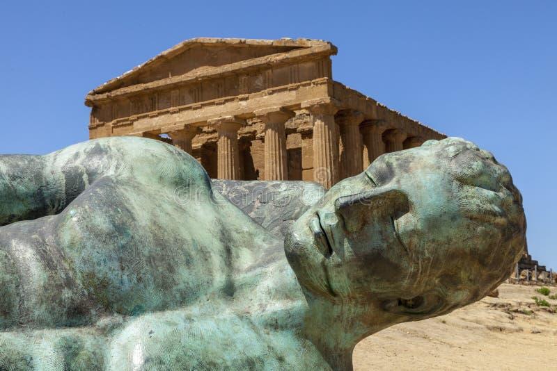 Templet av Concordia, med brons skulptur av stupade Icarus av Igor Mitoraj Tempeldal Agrigento Sicilien, Italien arkivfoto