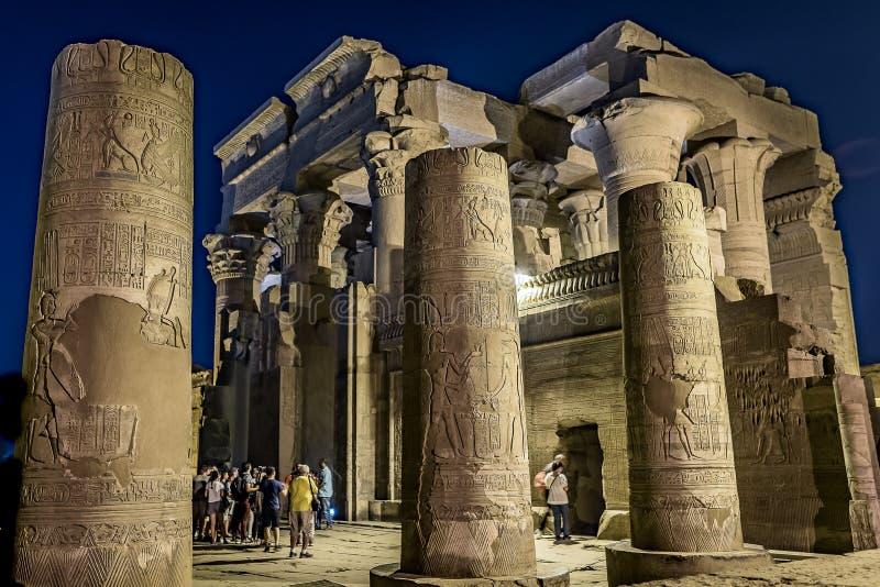 Templet av Kom Ombo har att besöka turister på natten royaltyfria bilder