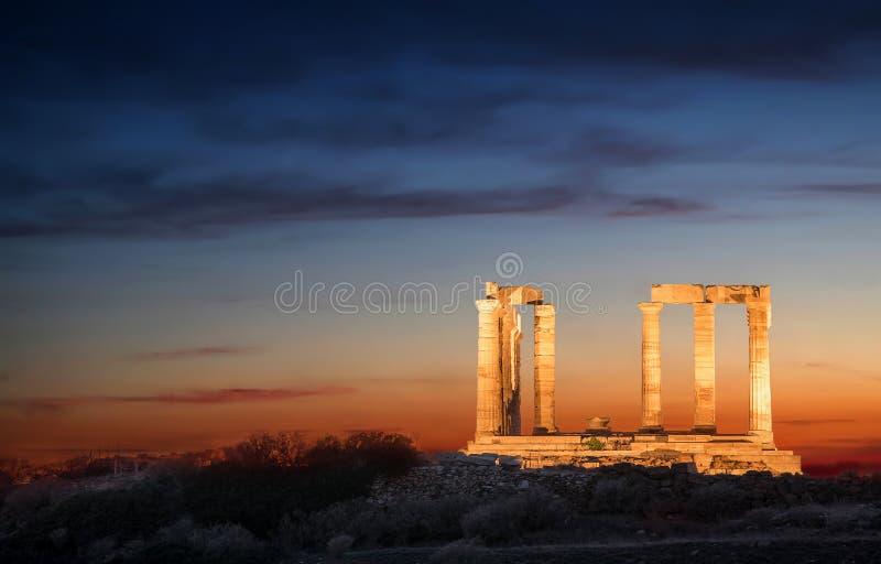 Templet av Poseidon efter solnedgång arkivbilder