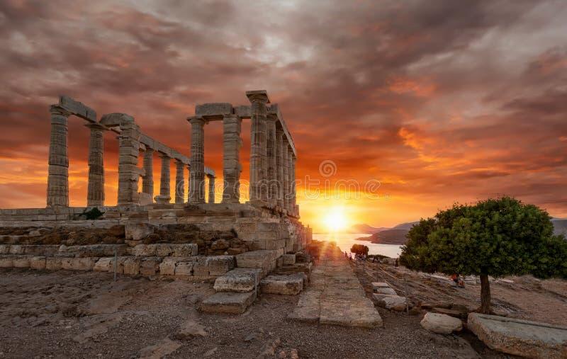 Templet av Poseidon på Sounion under solnedgång royaltyfria bilder
