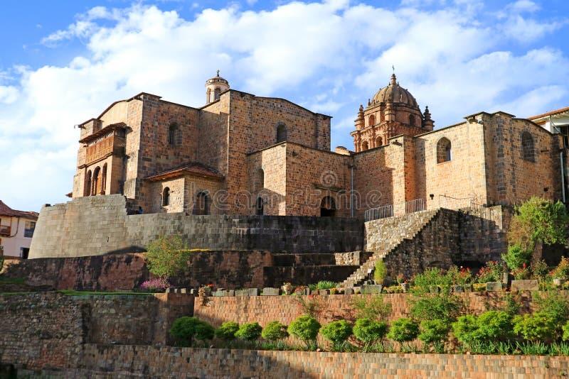 Templet av solen av incasna eller Coricanchaen med kloster av Santo Domingo Church över, Cusco, Peru arkivfoto