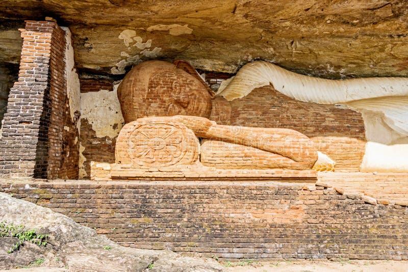 Templet under Pidurangala vaggar arkivfoton