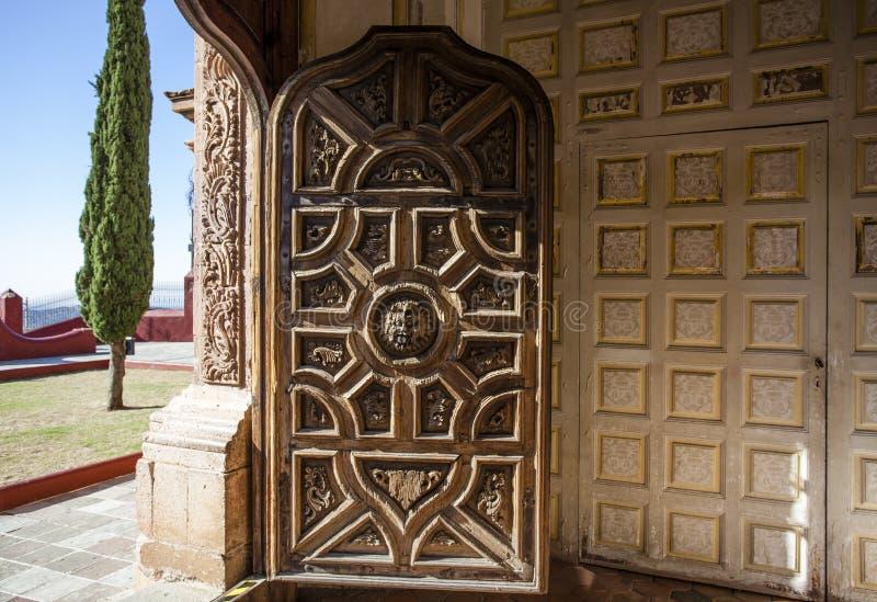 Templo圣卡耶塔诺教会的富有的装饰的门在瓜纳华托州在墨西哥 免版税图库摄影