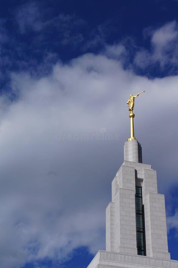 Templo Angel Moroni de LDS com um céu azul e as nuvens foto de stock royalty free