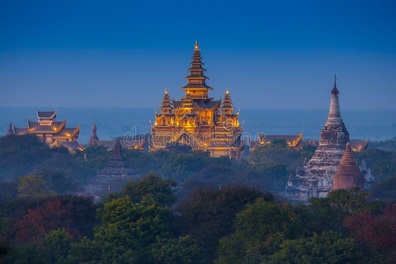 Templo antigo em Bagan após o por do sol fotografia de stock