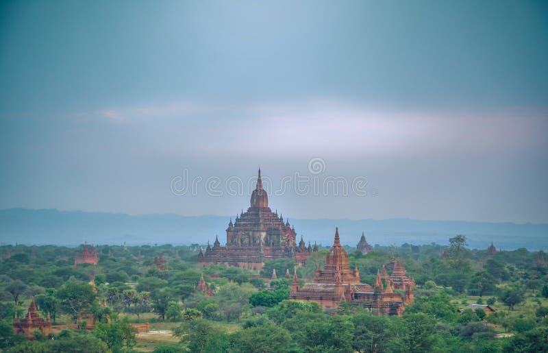 Templo antigo em Bagan após o por do sol, Myanmar fotos de stock royalty free