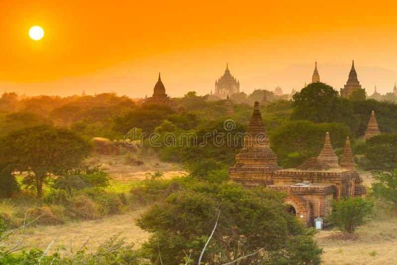 Templo antigo em Bagan quando por do sol, Myanmar foto de stock