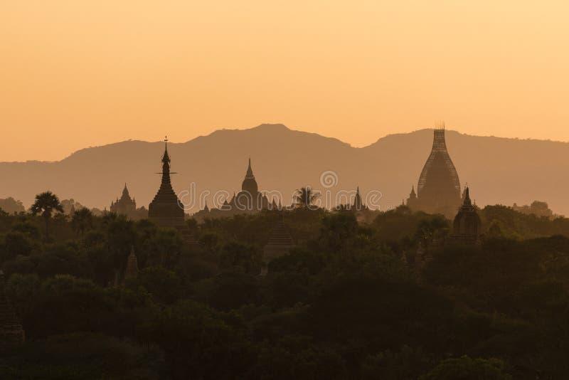 Templo antigo no parque arqueológico em Bagan no por do sol imagens de stock
