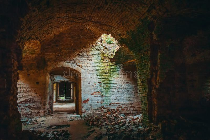 Templo antiguo arruinado del ladrillo dentro del interior con las puertas, los pasillos y el arco imagen de archivo