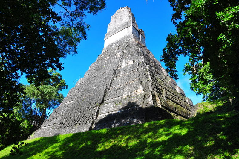 Templo antiguo del maya de Tikal, Guatemala foto de archivo